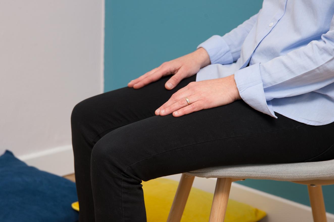 Assis sur une chaise pour faire l'exercice