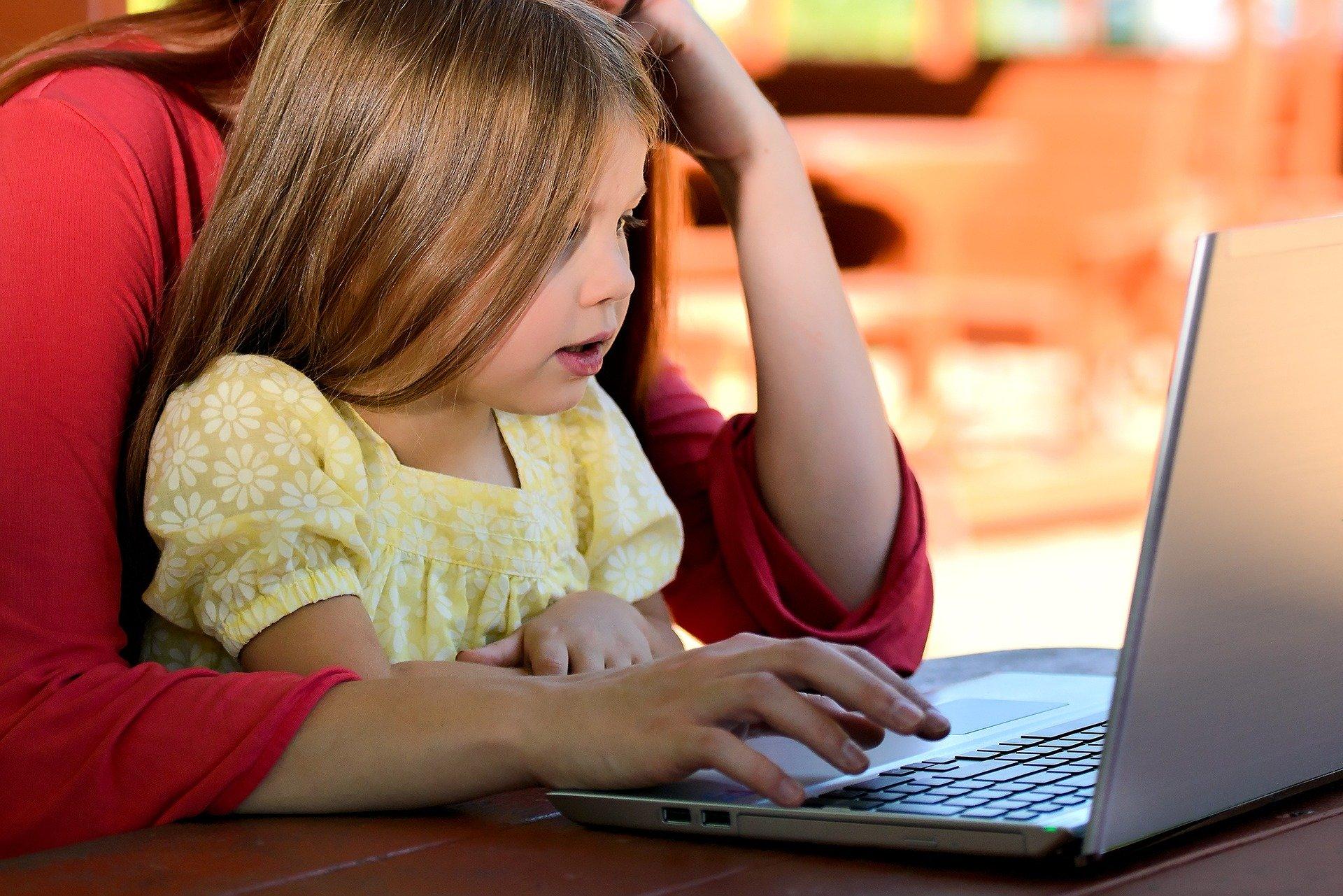 Enfant devant ordinateur pendant le confinement