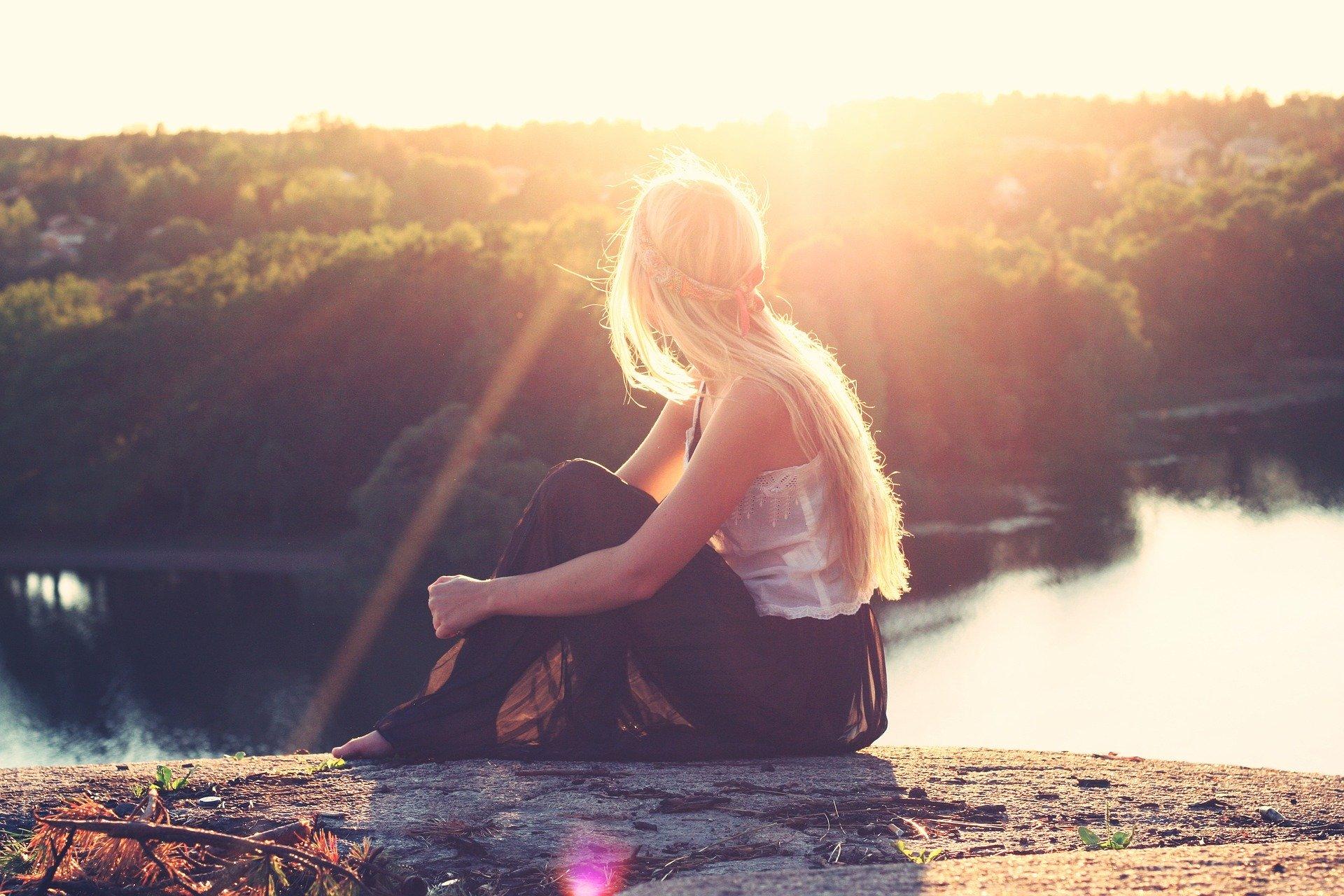 Photo femme regardant une riviere  Sortie du confinement, du changement dans l'air ?